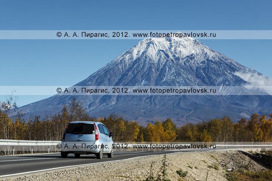 Фотография: малолитражный автомобиль едет по дороге на Корякскую сопку (Корякский вулкан). Полуостров Камчатка