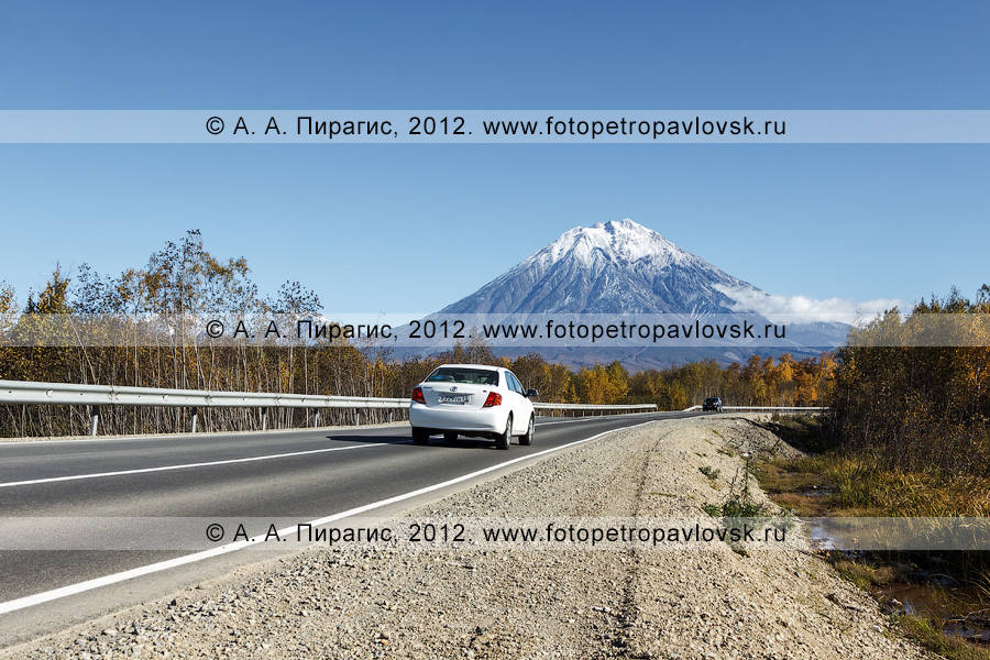 Фотография: легковой автомобиль едет по дороге на Корякскую сопку (Корякский вулкан). Елизовский район Камчатского края