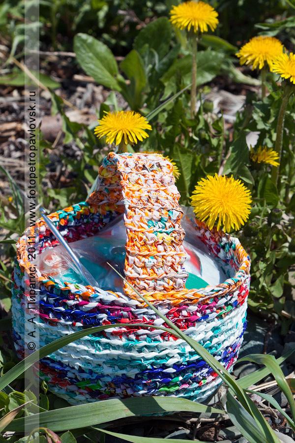 Фотография: вязаная корзинка из вторичных материальных ресурсов