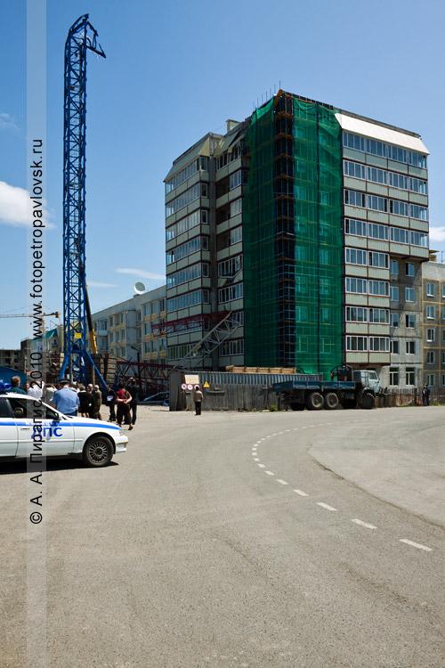 Фотография: трагедия в Петропавловске-Камчатском — упал башенный кран на стройке