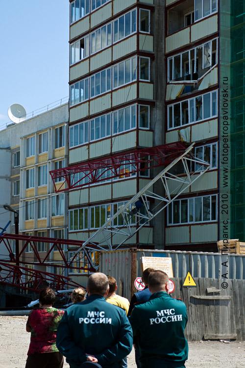 Фотография: трагедия на Камчатке — упал строительный кран в Петропавловске-Камчатском