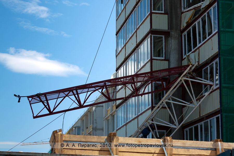 Фотография: трагедия на стройке в Петропавловске-Камчатском — упал строительный кран