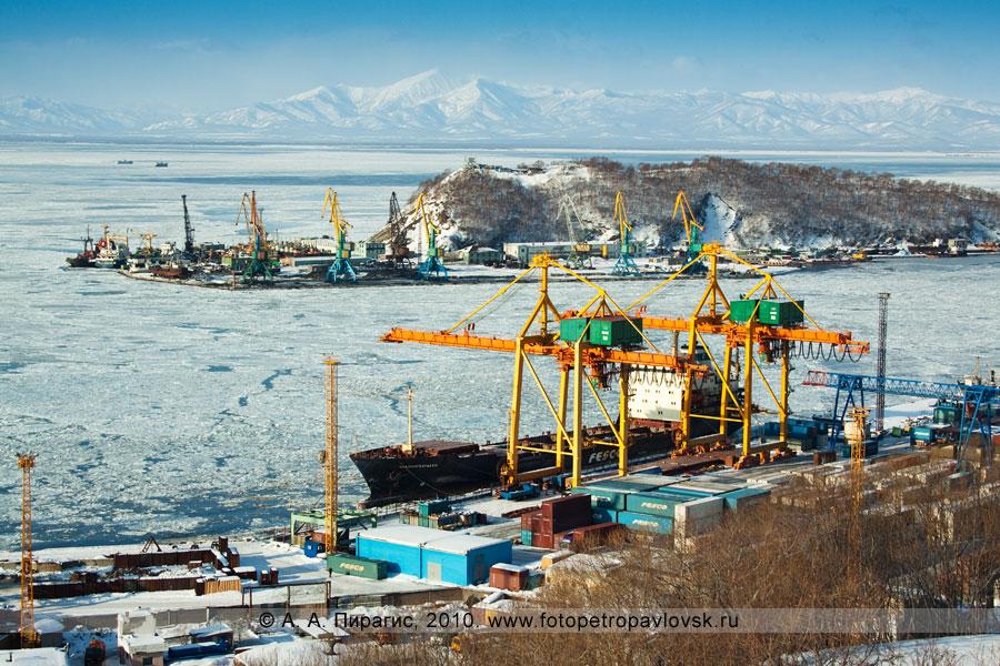 """Фотография: контейнеровоз """"Красногвардеец"""" в Петропавловск-Камчатском морском торговом порту"""