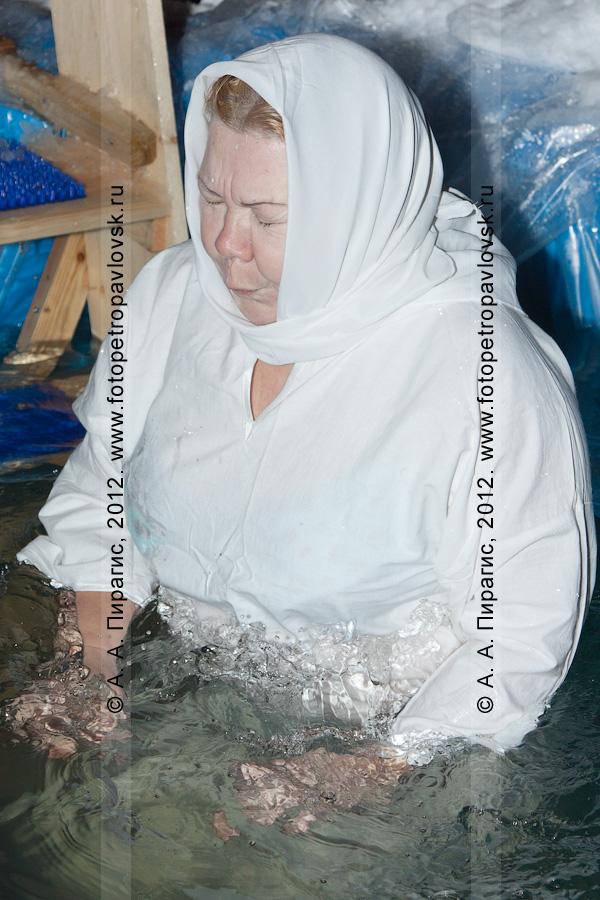 Фотография: массовое купание в ночь на Крещение Господне в купели у храма Святого благоверного князя Алескандра Невского. Камчатский край, город Петропавловск-Камчатский