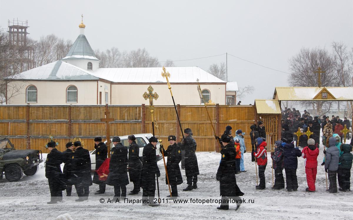 Фотография: перед началом Рождественского крестного хода. Мужской Свято-Пантелеимонов монастырь в городе Петропавловске-Камчатском