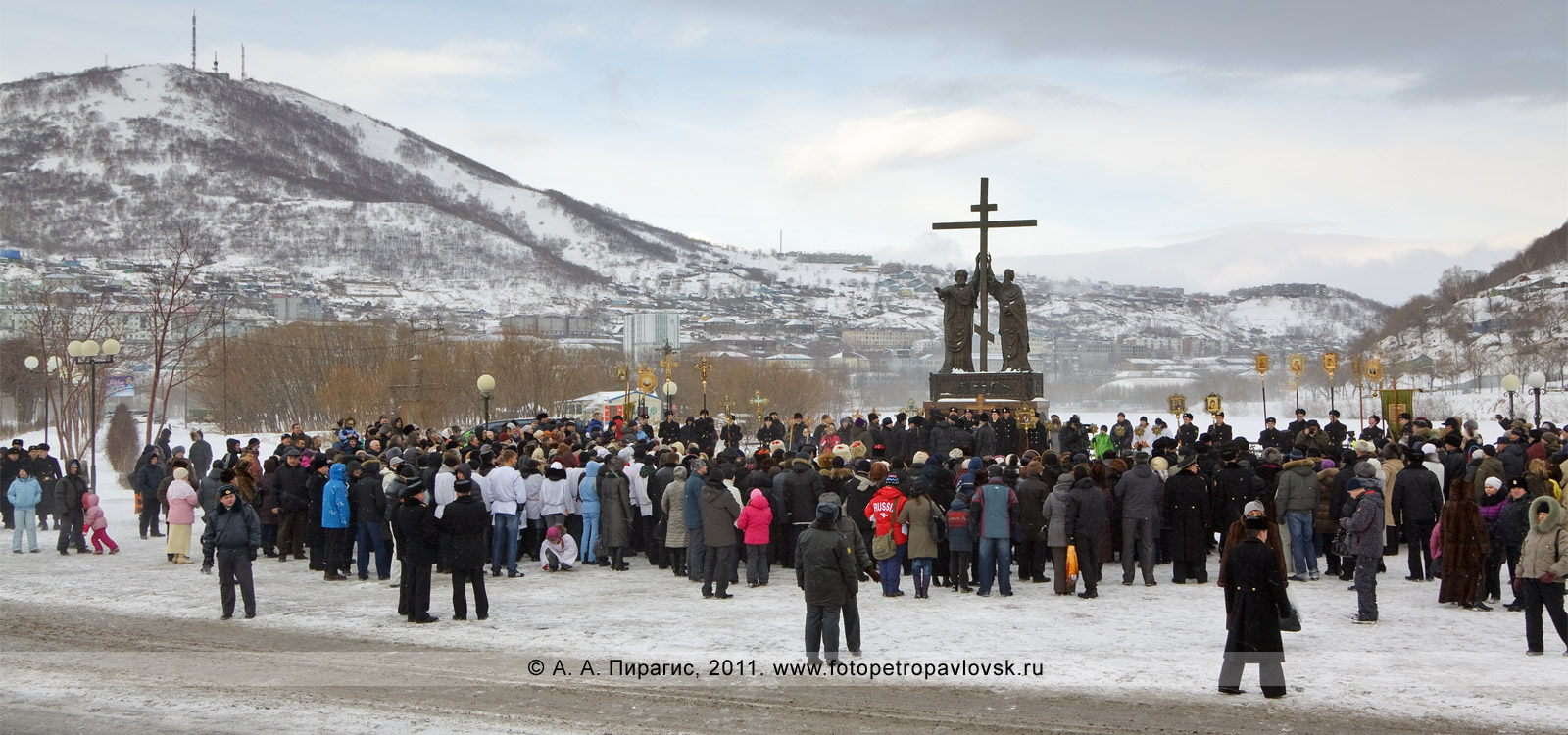Фотография: памятник Святым апостолам Петру и Павлу в городе Петропавловске-Камчатском. 7 января — Рождество Христово