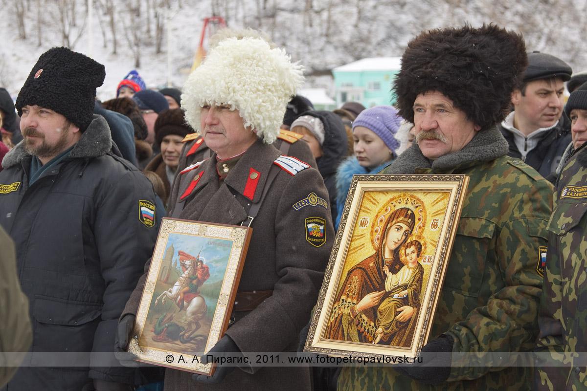 Фотография: камчатские казаки с иконами во время молебна на Рождество Христово у памятника Святым апостолам Петру и Павлу