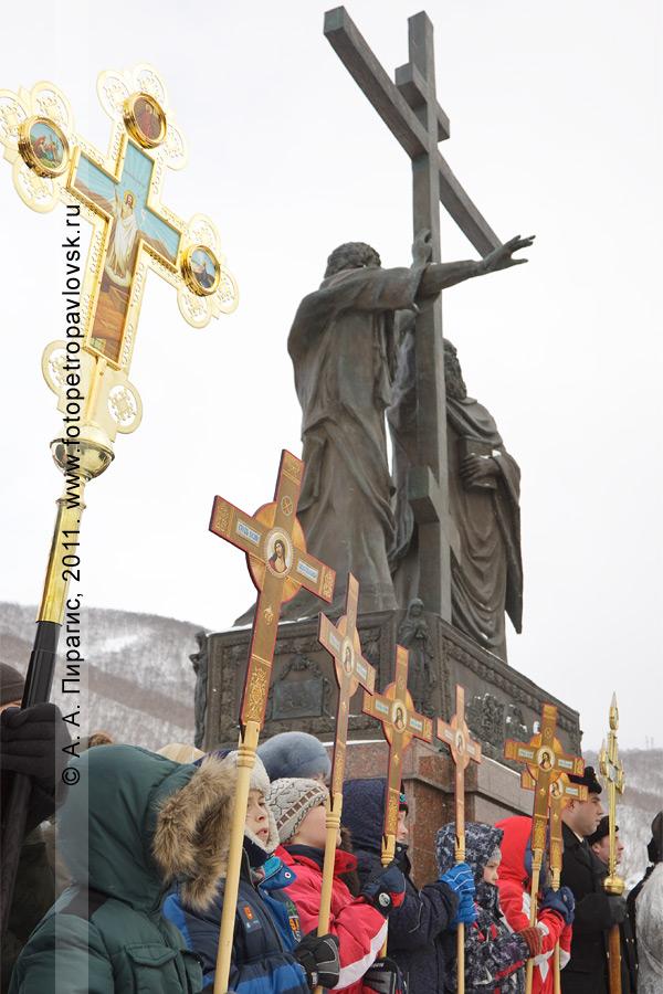 Фотография: Рождество Христово. Памятник Святым апостолам Петру и Павлу в городе Петропавловске-Камчатском