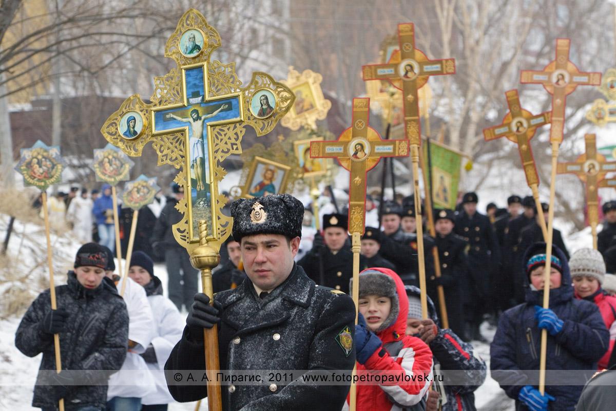 Фотография: торжественное церковное шествие — Рождественский крестный ход в городе Петропавловске-Камчатском