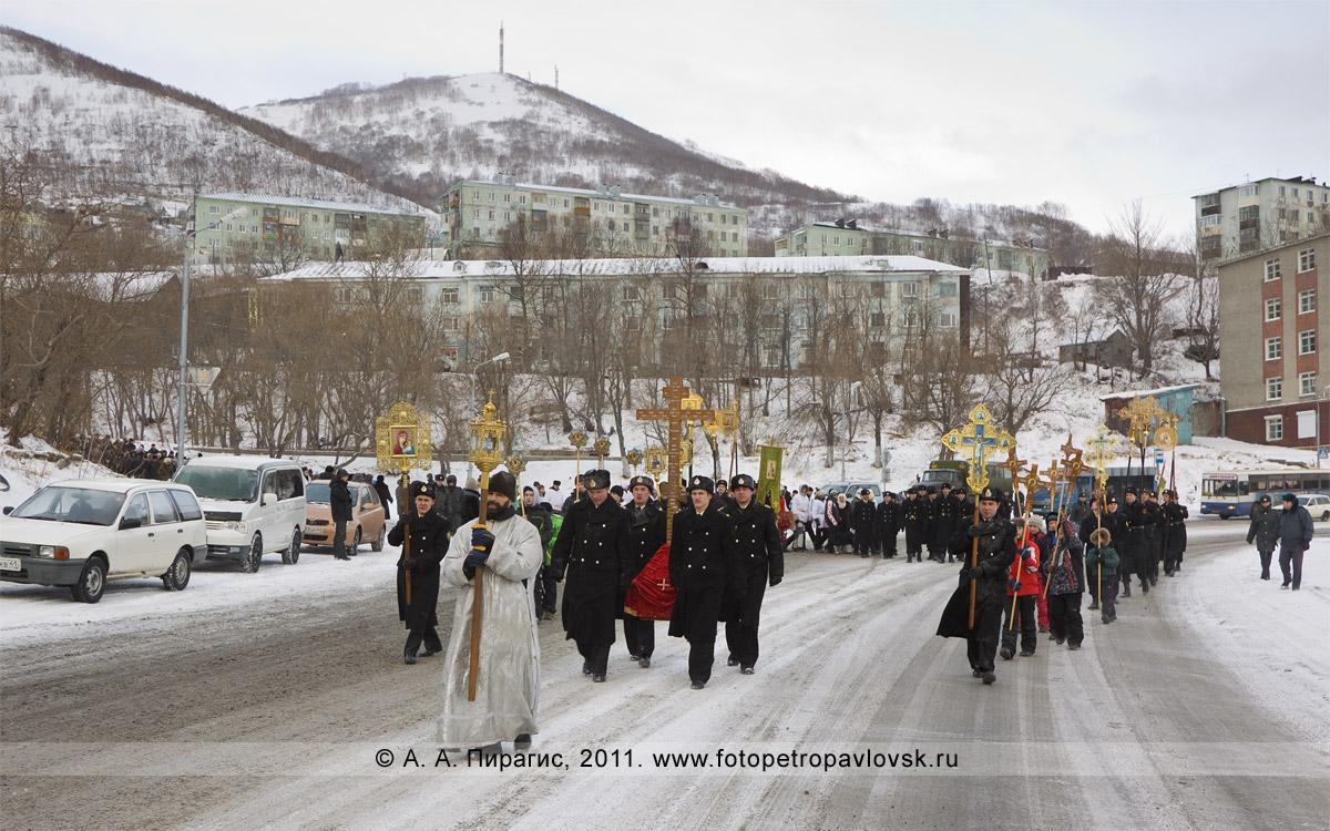 Фотография: колонны участников Рождественского крестного хода спускаются от Свято-Пантелеимонова монастыря на Озерновскую косу Петропавловска-Камчатского