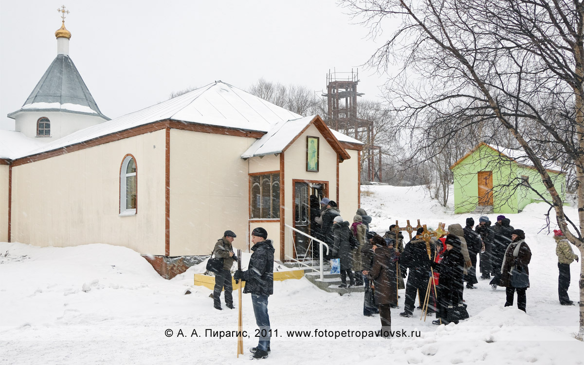 Фотография: мужской Свято-Пантелеимонов монастырь в городе Петропавловске-Камчатском. Перед началом крестного хода 7 января, в Рождество Христово