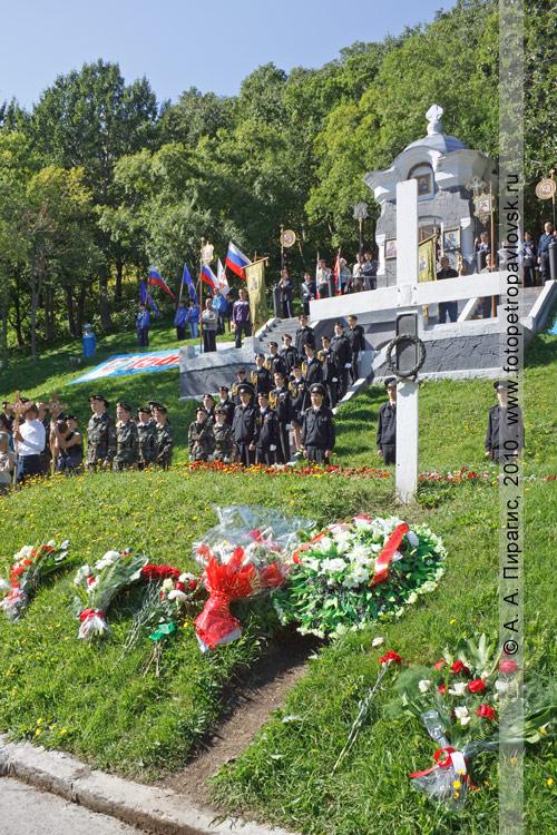 Фотография: венки и цветы от благодарных потомков на братской могиле погибших защитников Петропавловска от нападения англо-французской эскадры в 1854 году