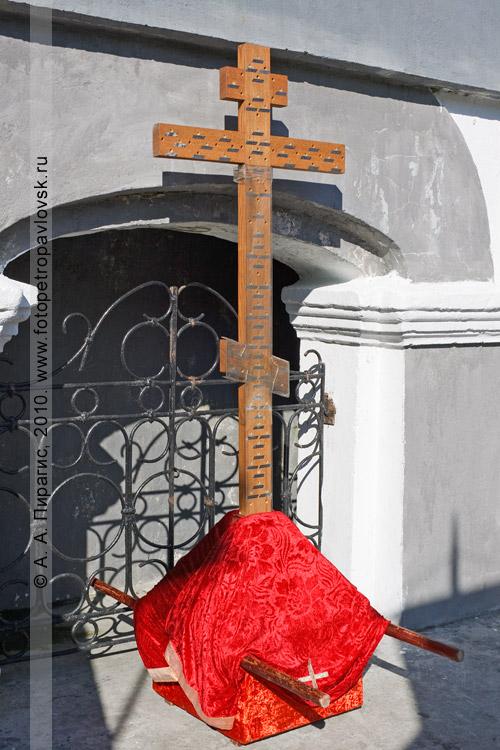"""Фотография: запрестольный крест. Божественная литургия у памятника """"Часовня"""" на братской могиле павших защитников Петропавловска от англо-французской эскадры в августе 1854 года"""