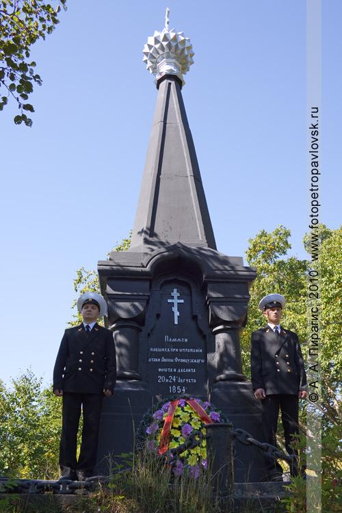 Фотография: почетный караул у памятника Славы героям обороны Петропавловска от нападения англо-французской эскадры в августе 1854 года
