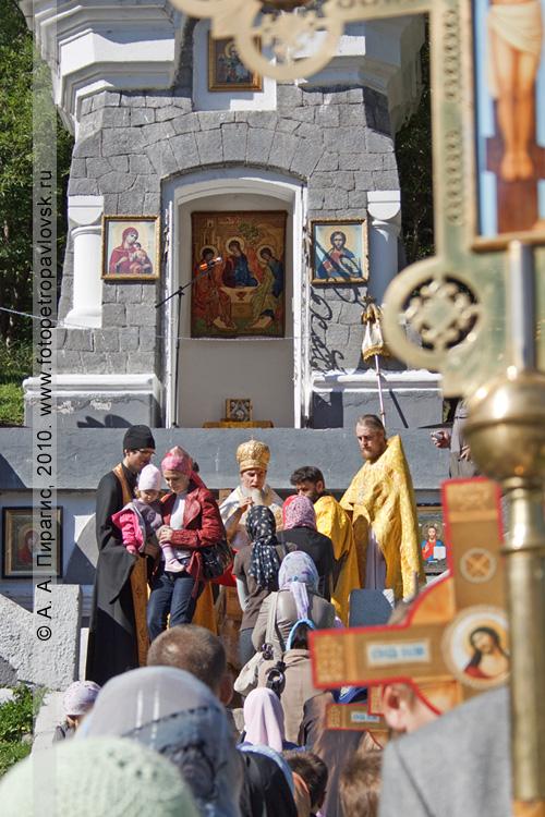 Фотография: Очередь причастников к архиепископу Петропавловскому и Камчатскому Игнатию. На заднем плане, в часовне — большая икона Святой Троицы