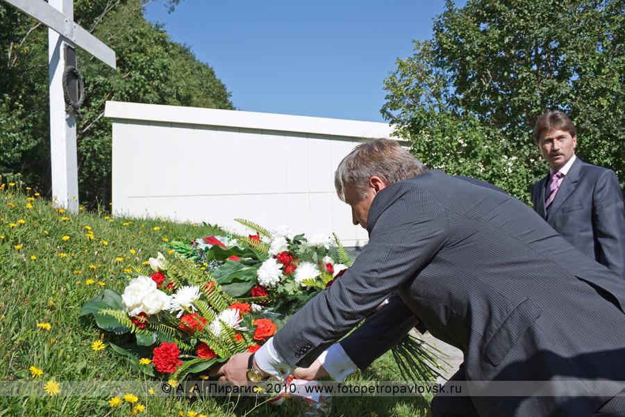 Фотография: Мэр города Петропавловска-Камчатского Владислав Скворцов возлагает цветы к братской могиле погибших камчатцев — защитников Петропавловского порта от англо-французов в августе 1854 года