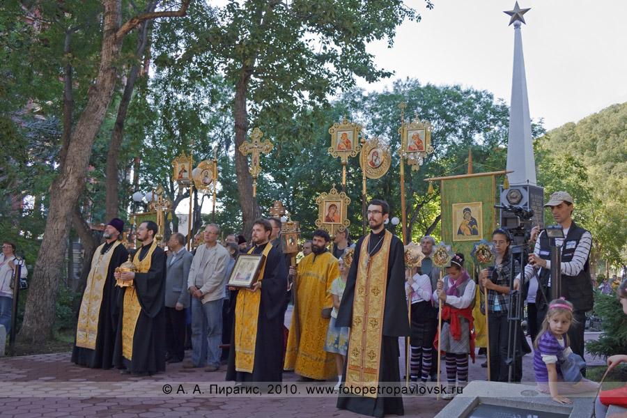 Фотография: участники крестного хода в городе Петропавловске-Камчатском у памятника Славы воинам, погибшим при Курильской десантной операции в августе 1945 года