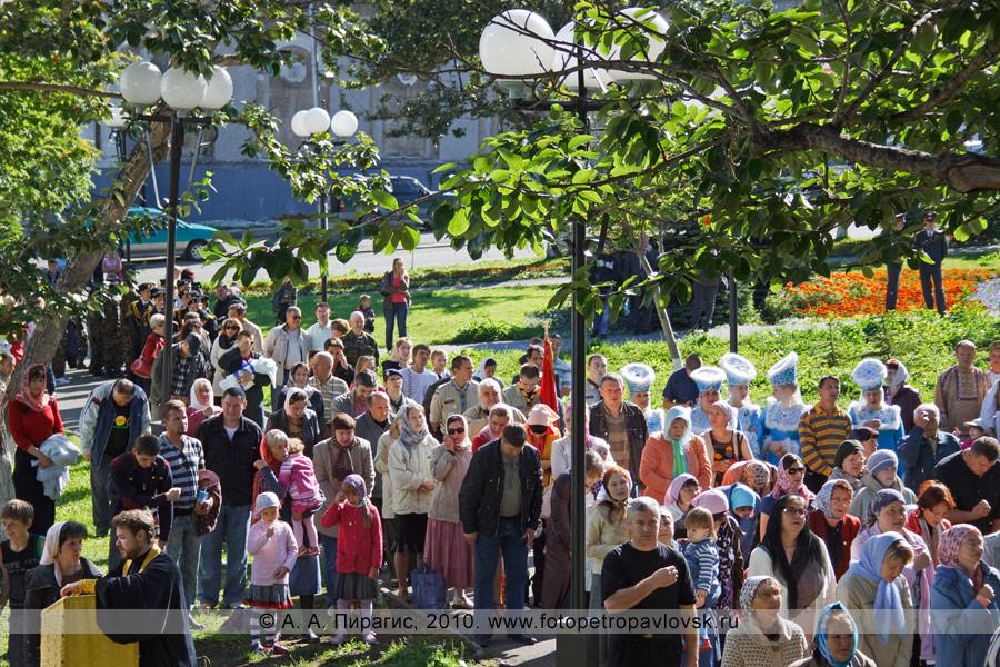 """Фотография: Жители Камчатки, пришедшие к памятнику """"Часовня"""" на Божественную литургию в память о погибших при обороне Петропавловского порта в августе 1854 года"""