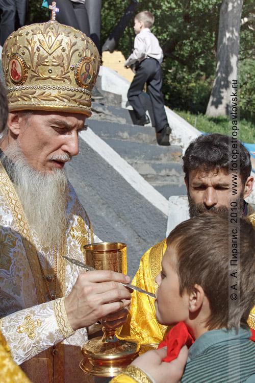 Фотография: Таинство Причастия. Слева — архиепископ Петропавловский и Камчатский Игнатий