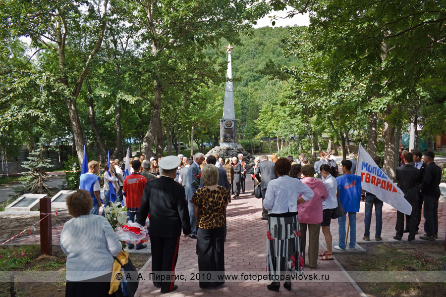 Фотография: сквер Свободы в центре города Петропавловска-Камчатского. На заднем плане — памятник Славы воинам — освободителям Курильских островов