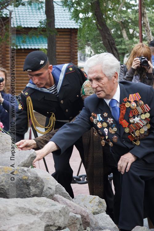 Фотография: возложение цветов и венков к памятнику-обелиску воинам, погибшим при Курильской десантной операции в августе 1945 года