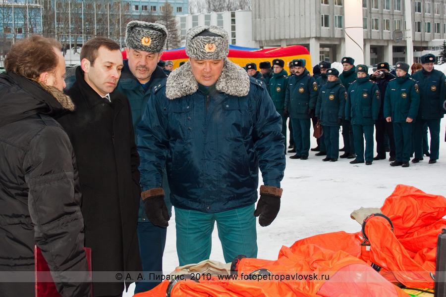 Фотография: Губернатор Камчатского края Алексей Кузьмицкий осматривает новую пожарную и спасательную технику