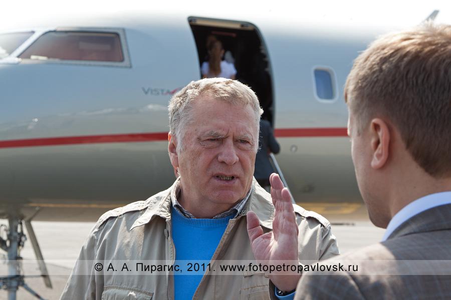 Фотография: Жириновский Владимир Вольфович у трапа самолета