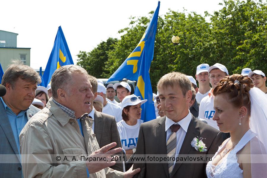Фотография: лидер ЛДПР Жириновский Владимир разговаривает с молодоженами