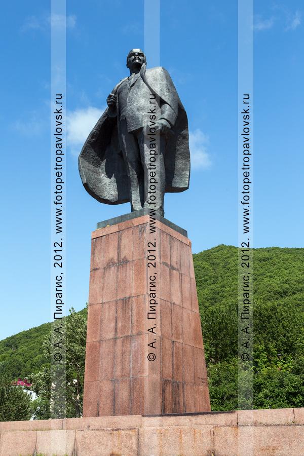 Фотография: памятник Владимиру Ильичу Ульянову (псевдоним Ленин) — российскому и советскому политическому и государственному деятелю, революционеру