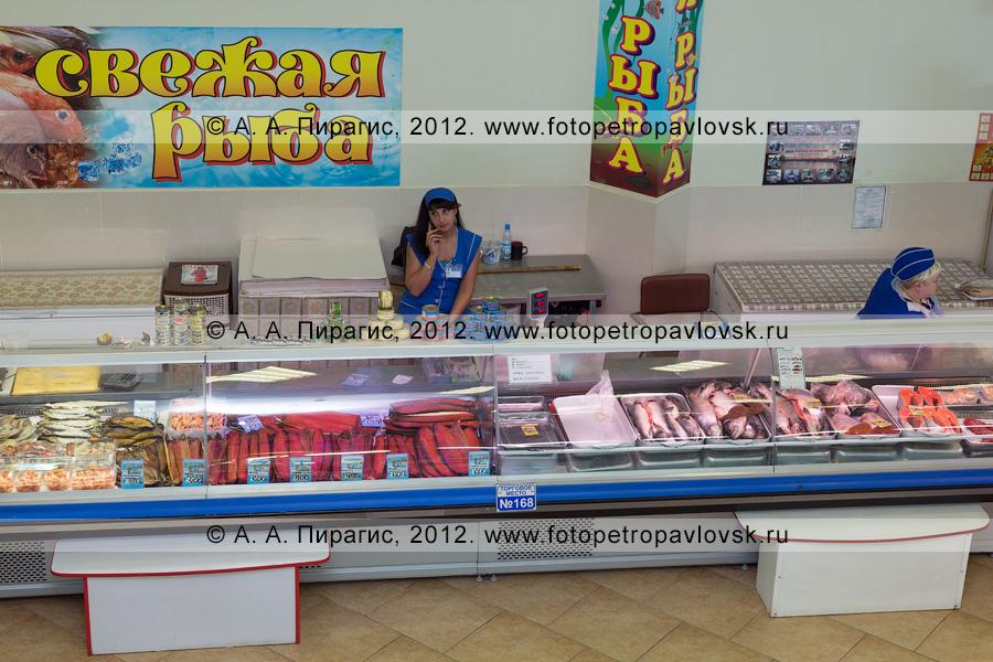 Фотография: торговые прилавки с камчатской рыбой и морепродуктами на рыбном рынке