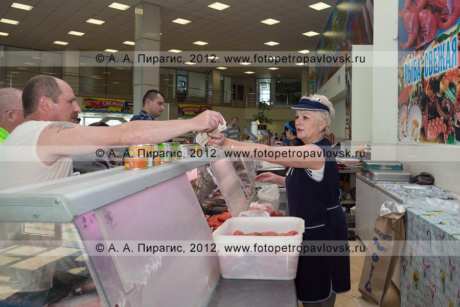 Фотография: торговля дарами моря — камчатской рыбой и морепродуктами на рыбном рынке в городе Петропавловске-Камчатском