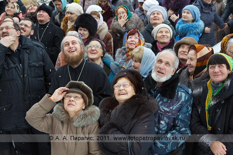 Фотография: священнослужители, прихожане и миряне наблюдают запуск шаров возле собора Святой Живоначальной Троицы в Прощеное воскресенье