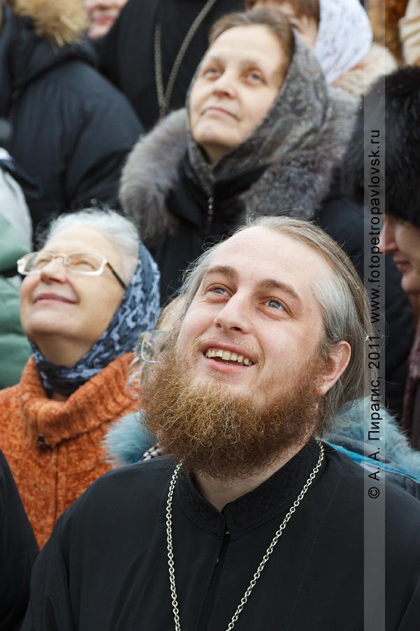 Фотография: священнослужитель. Возле собора Святой Живоначальной Троицы в городе Петропавловске-Камчатском. Прощеное воскресенье