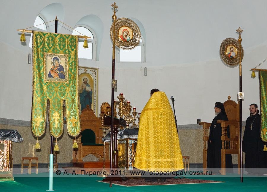 Фотография: чин прощения. Прощеное воскресенье. Собор Святой Живоначальной Троицы в городе Петропавловске-Камчатском