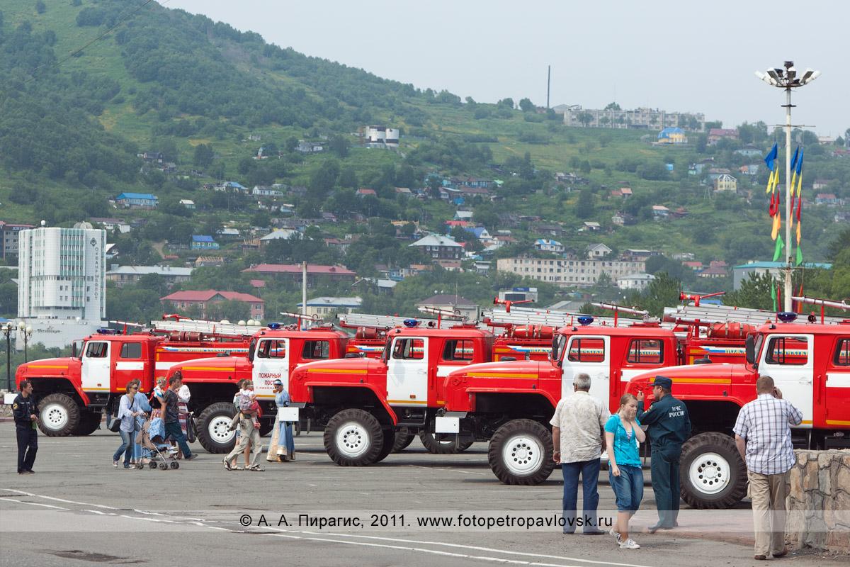 Фотография: пять новых пожарных автомобилей, которые закуплены Правительством Камчатского края для Главного управления Министерства чрезвычайных ситуаций России по Камчатскому краю