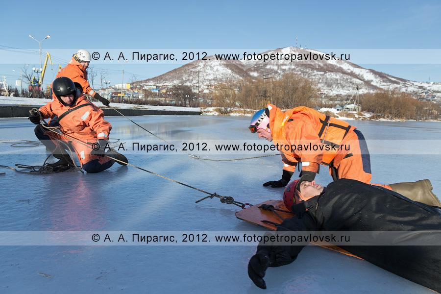 Фотография: учения по отработке действий оперативных служб при оказании помощи пострадавшему на несанкционированном ледовом переходе. Полуостров Камчатка, Петропавловск-Камчатский