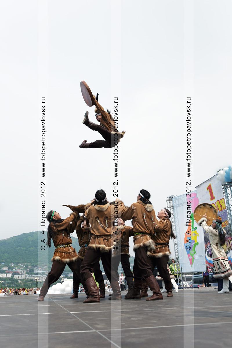 """Фотография: """"Мэнго"""" — Государственный академический корякский национальный ансамбль танца. Танец на шкуре камчатского бурого медведя. Петропавловск-Камчатский"""