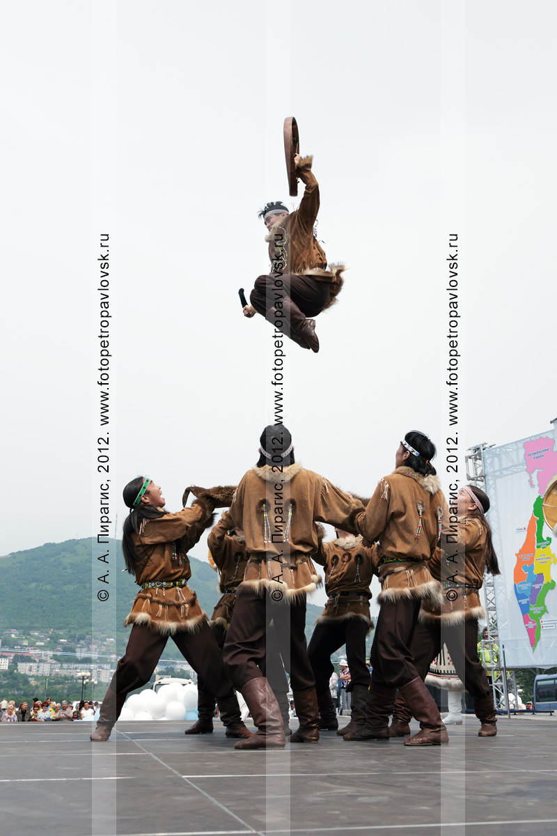 """Фотография: """"Мэнго"""" — Государственный академический корякский национальный ансамбль танца. Танец на шкуре камчатского бурого медведя. Камчатка"""