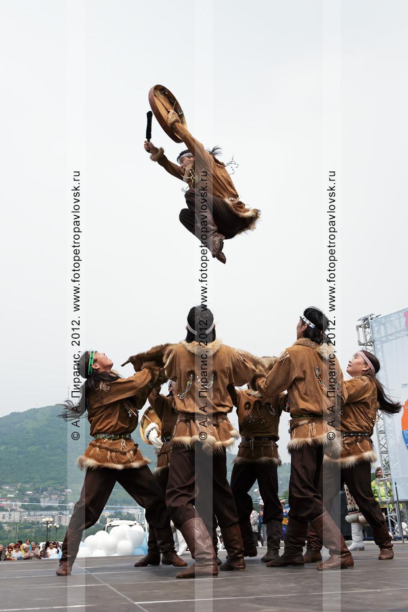 """Фотография: """"Мэнго"""" — Государственный академический корякский национальный ансамбль танца. Танец на шкуре камчатского бурого медведя. Камчатский край"""
