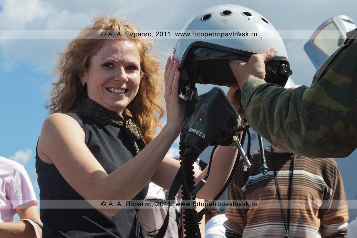 Фотография: шлем летчика истребителя МиГ-31 противовоздушной обороны дальнего действия. Военный аэродром Елизово (Камчатка). День Воздушного флота России (День авиации)