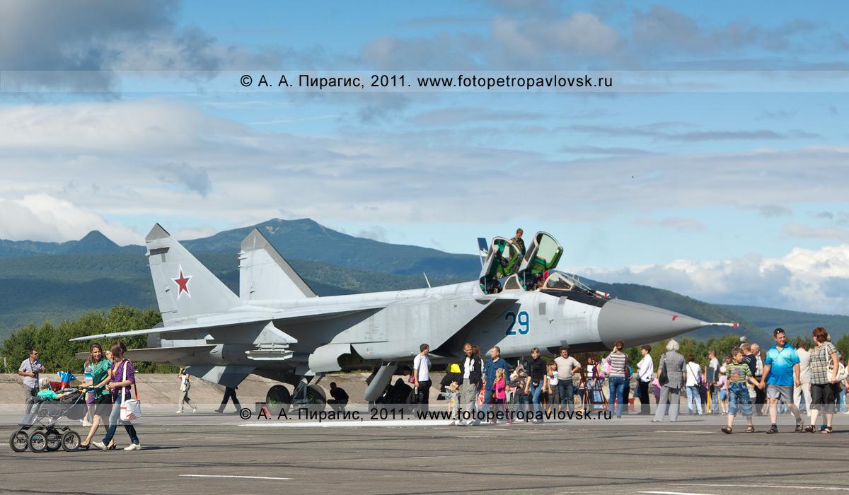 Фотография: истребитель МиГ-31 противовоздушной обороны дальнего действия. Демонстрационный показ авиационной техники в День Воздушного флота РФ (День авиации)
