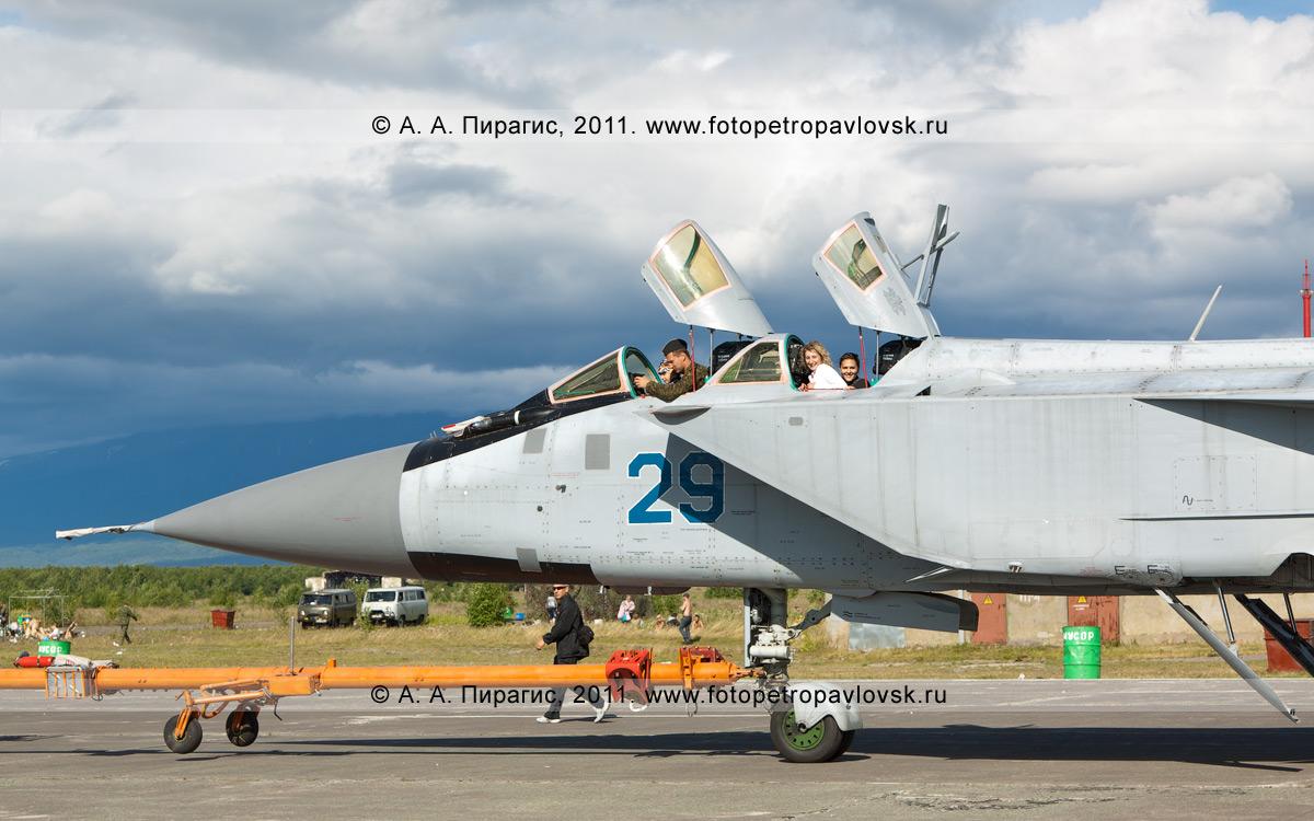Фотография: транспортировка российского истребителя МиГ-31 противовоздушной обороны дальнего действия. Военный аэродром Елизово на Камчатке