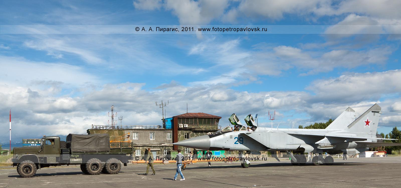 Фотография: транспортировка истребителя МиГ-31. Военный аэродром Елизово на полуострове Камчатка
