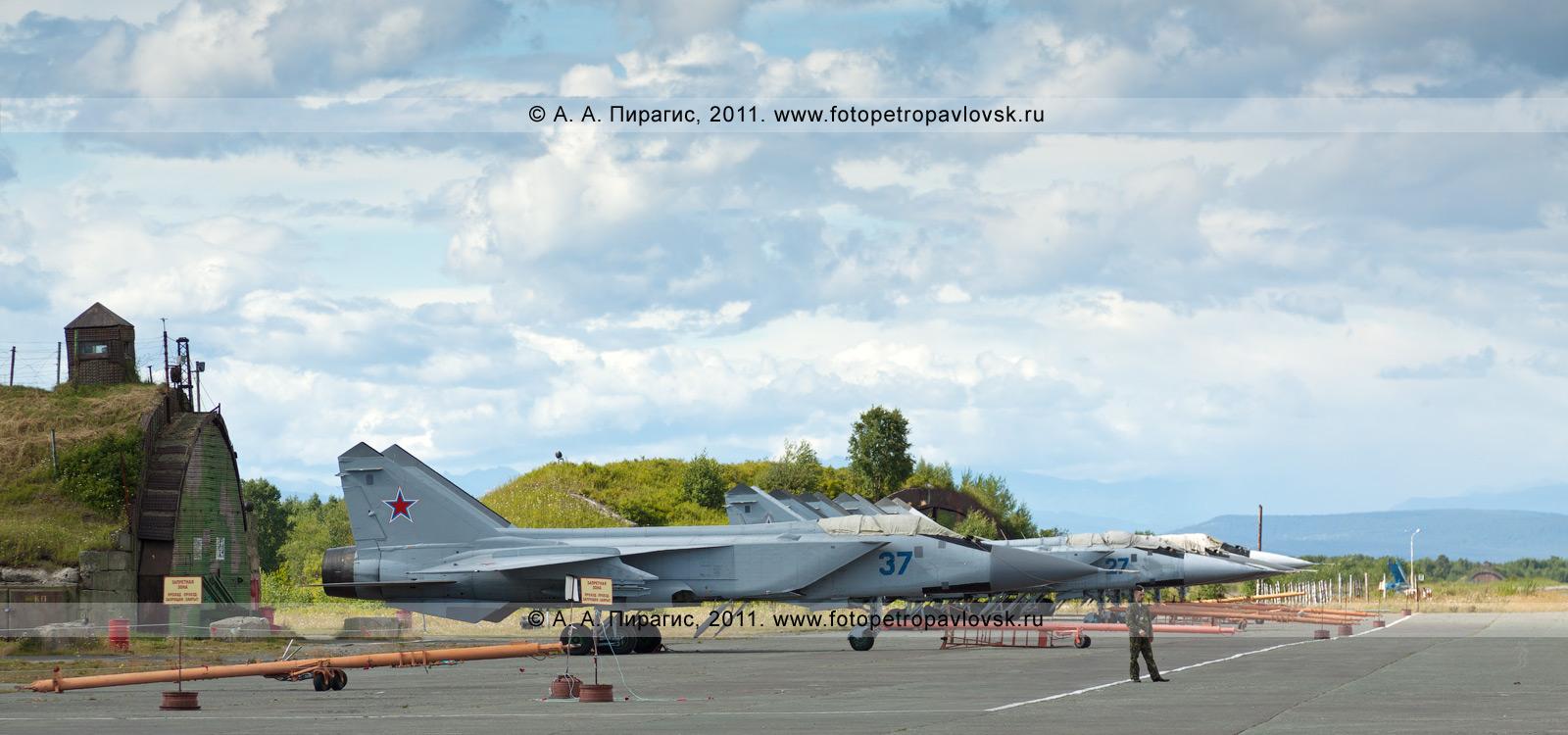 Фотография: военный аэродром, ангары и истребители МиГ-31 противовоздушной обороны дальнего действия