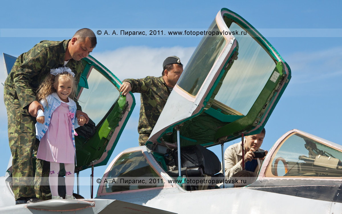 Фотография: кабины пилотов истребителя МиГ-31. Демонстрационный показ авиационной техники в День Воздушного флота России (День авиации России)