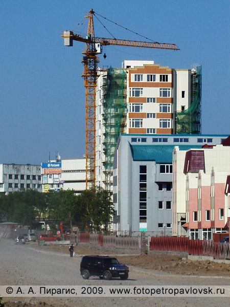 Многоэтажное здание на улице Топоркова в Петропавловске-Камчатском