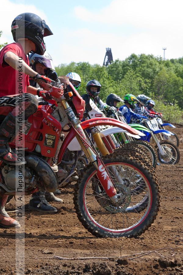 Фотография: мотоциклисты перед стартом. Соревнования по мотокроссу в столице Камчатского края