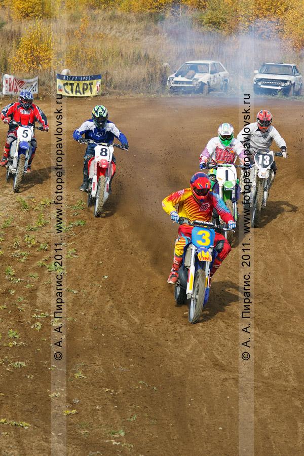 Фотография: старт мотогонщиков. Мотоциклетный спорт на Камчатке — мотокросс в городе Елизово (Камчатский край)