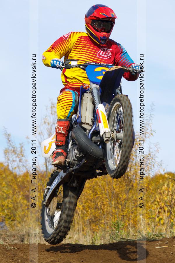 Фотография: камчатский спортсмен-мотоциклист на трассе. Соревнования по мотокроссу в городе Елизово на Камчатке