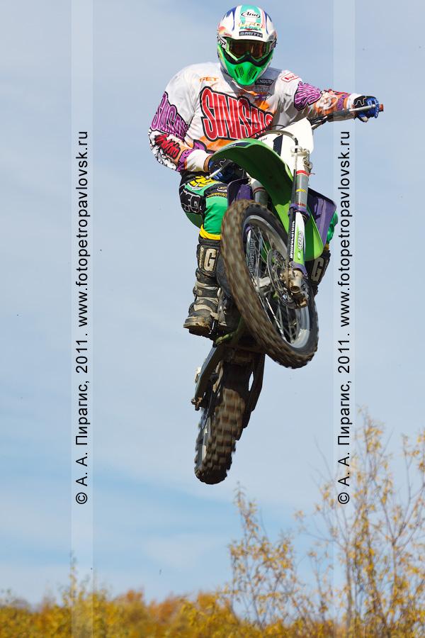 Фотография: прыжок мотоциклиста с трамплина. Соревнования по мотоциклетному спорту на Камчатке (город Елизово)